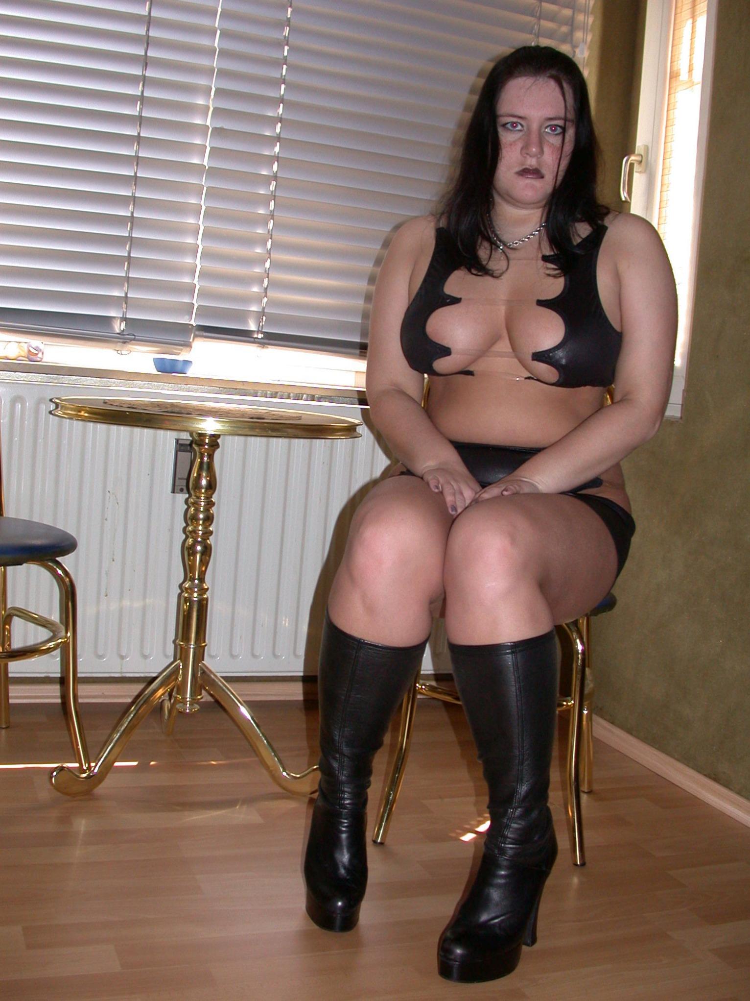 übergewichtige nackte Frau